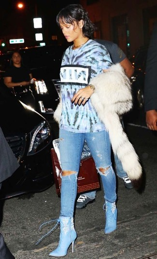 How to wear: light blue tie-dye crew-neck t-shirt, light blue ripped skinny jeans, light blue leather lace-up ankle boots, silver leather satchel bag