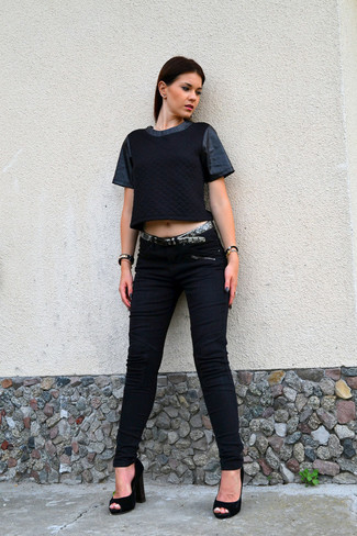 Women's Black Quilted Crew-neck T-shirt, Black Skinny Jeans, Black Suede Pumps, Grey Snake Leather Belt