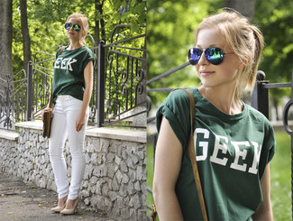 A teal crew-neck tee and white skinny jeans is a good combination to add to your styling repertoire. Elevate your getup with beige leather pumps.