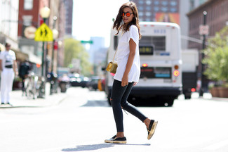 Reach for a white crew-neck t-shirt and charcoal distressed skinny jeans to create a chic, glamorous look. Round off this look with black leather slip-on sneakers.