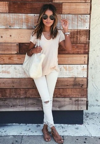 How to wear: beige crew-neck t-shirt, white ripped skinny jeans, brown leather thong sandals, beige leather tote bag