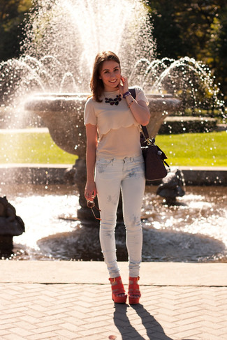 This combination of a khaki crew-neck tee and white print skinny jeans is perfect for off-duty occasions. Finish off your look with orange suede wedge sandals.
