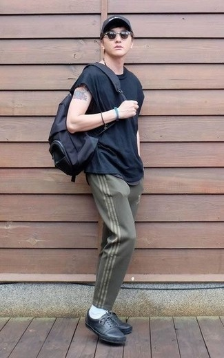 How to Wear Black Leather Low Top Sneakers For Men: A navy crew-neck t-shirt and olive sweatpants are a savvy look to add to your wardrobe. Black leather low top sneakers are an effective way to power up your getup.