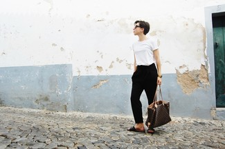 How to wear: white crew-neck t-shirt, black tapered pants, dark brown leather flat sandals, dark brown print leather tote bag
