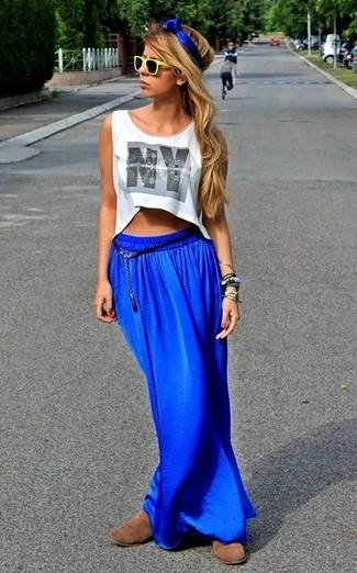 How to wear: white print cropped top, blue maxi skirt, brown suede chelsea boots, yellow sunglasses