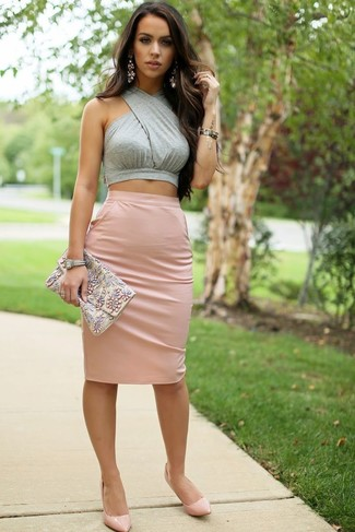 Opt for a grey cropped top and a pale pink pencil skirt to achieve a chic look. Grab a pair of pale pink leather pumps to instantly up the chic factor of any outfit.