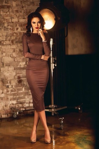 Make a dark brown bodycon dress your outfit choice to effortlessly deal with whatever this day throws at you. Beige leather pumps will bring a classic aesthetic to the ensemble.