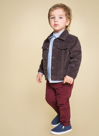 How to wear: dark brown denim jacket, light blue long sleeve shirt, burgundy jeans, navy sneakers