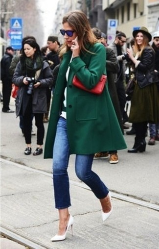 This combo of a hunter green coat and jeans is a safe bet for an effortlessly cool look. Finish off your look with white leather pumps.