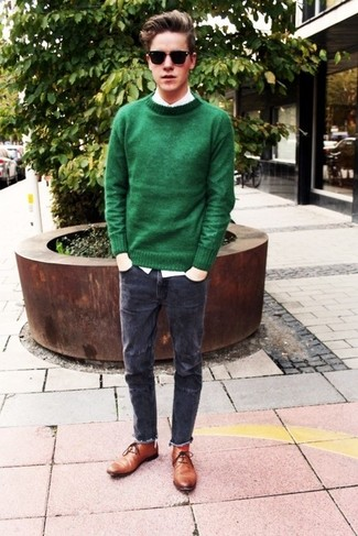Make a dark green crew-neck sweater and charcoal jeans your outfit choice for a refined yet off-duty ensemble. Finish off this look with brown leather chukka boots.