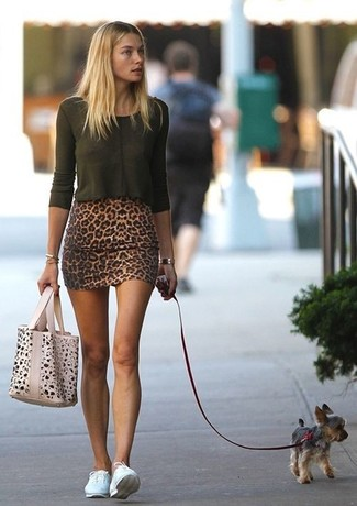 How to wear: dark green long sleeve t-shirt, brown leopard mini skirt, white low top sneakers, beige leopard tote bag
