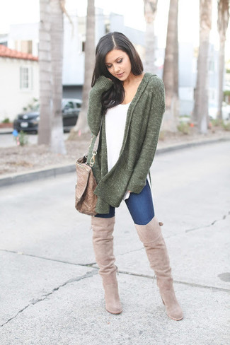 How to wear: dark green open cardigan, white crew-neck t-shirt, navy skinny jeans, brown leather crossbody bag
