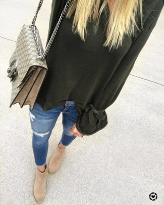 How to wear: dark green oversized sweater, blue ripped skinny jeans, tan suede ankle boots, beige print canvas satchel bag