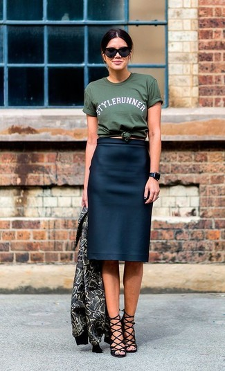 A teal crew-neck t-shirt and a navy blue pencil skirt is a nice combination to carry you throughout the day. Black suede heeled sandals will add elegance to an otherwise simple look.