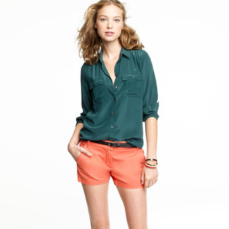 Go for a dark green silk dress shirt and orange shorts for an effortless kind of elegance. One actually can to keep your cool under the summer heat. The proof is right here.