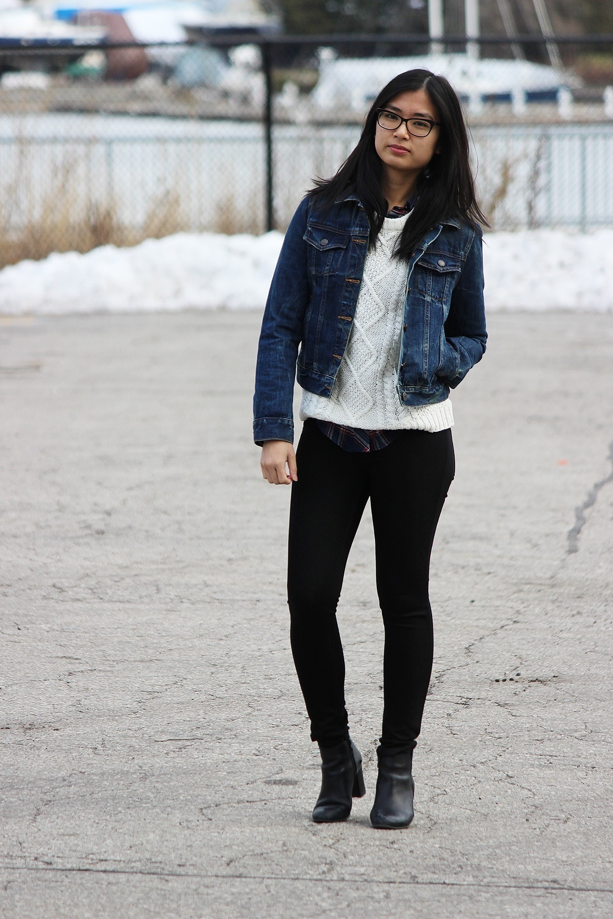 How To Wear a Navy Denim Jacket With Black Skinny Jeans | Women's ...