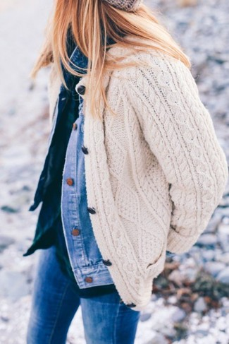 How to Wear a Grey Knit Beanie For Women: If you're in search of a casual but also seriously chic look, dress in a blue denim jacket and a grey knit beanie.