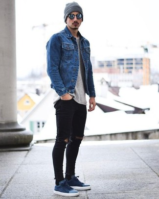 How to wear: blue denim jacket, grey crew-neck sweater, black ripped skinny jeans, navy suede low top sneakers