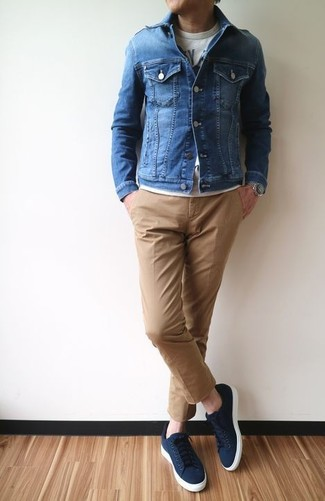 How to wear: blue denim jacket, grey print crew-neck t-shirt, khaki chinos, navy canvas low top sneakers