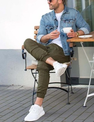 How to wear: blue denim jacket, white crew-neck t-shirt, olive chinos, white athletic shoes