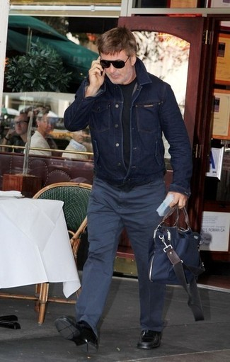 How to wear: navy denim jacket, black crew-neck t-shirt, navy chinos, black leather loafers