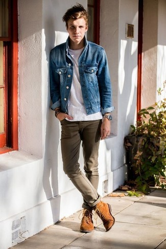 This combo of a denim jacket and brown chinos will enable you to keep your off-duty style clean and simple. Make tan suede boots your footwear choice to show your sartorial savvy.