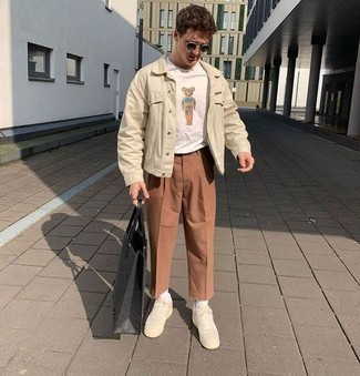 Brown Chinos Casual Outfits: A beige denim jacket and brown chinos are a great outfit formula to keep in your menswear collection. Give a relaxed twist to an otherwise mostly classic look by finishing off with a pair of beige canvas low top sneakers.