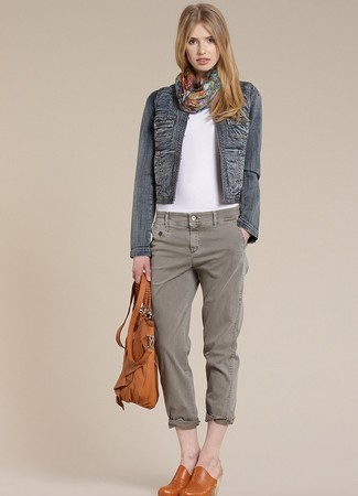 How to Wear Grey Jeans For Women: When comfort is top priority, try pairing a navy denim jacket with grey jeans. If you want to immediately up your outfit with one piece, why not complement your ensemble with a pair of tobacco leather mules?
