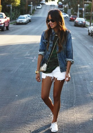 A teal crew-neck t-shirt and white denim shorts is a savvy combination to add to your styling repertoire. This outfit is complemented perfectly with white low top sneakers.
