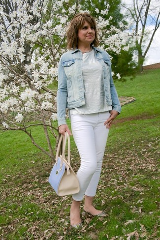 Let everyone know that you know a thing or two about style in a light blue trucker jacket and white skinny jeans. Grey leather ballerina shoes look amazing here. Loving that this getup is great when spring comes.