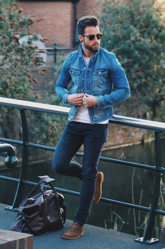 How to wear: blue denim jacket, white crew-neck t-shirt, navy skinny jeans, brown suede desert boots