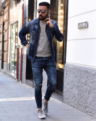 How to wear: navy denim jacket, grey print crew-neck t-shirt, navy ripped skinny jeans, grey canvas low top sneakers