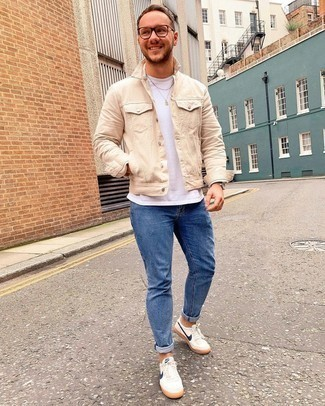 Blue Skinny Jeans Outfits For Men: Wear a beige denim jacket and blue skinny jeans to feel unstoppable and look trendy. Let your styling expertise truly shine by completing this ensemble with white and navy canvas low top sneakers.