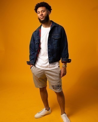 White Print Crew-neck T-shirt Outfits For Men: The formula for relaxed menswear style? A white print crew-neck t-shirt with beige sports shorts. On the fence about how to round off your getup? Finish with a pair of white leather low top sneakers to class it up.