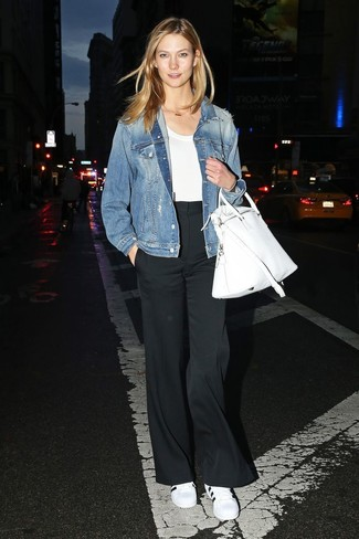 How to wear: blue denim jacket, white crew-neck t-shirt, black wide leg pants, white and black leather low top sneakers