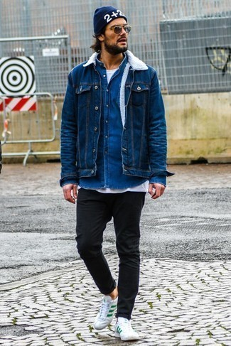 How to Wear a Blue Denim Jacket For Men: A blue denim jacket and black skinny jeans are an easy way to inject effortless cool into your daily arsenal. Complement this ensemble with a pair of white and green leather low top sneakers et voila, this outfit is complete.