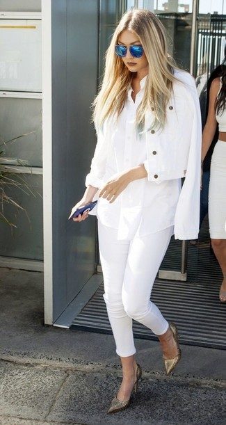How to wear: white denim jacket, white dress shirt, white skinny jeans, gold leather pumps