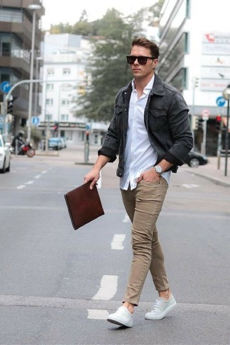 How to wear: charcoal denim jacket, white dress shirt, khaki skinny jeans, grey canvas low top sneakers