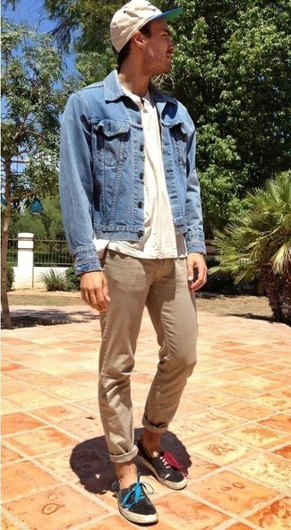 Who said you can't make a style statement with a casual ensemble? Draw the attention in a henley shirt and tan chino pants. A pair of black plimsolls looks very appropriate here. The ease and comfort of this combo takes care of the heat and helps you make a ravishing statement wherever you go.