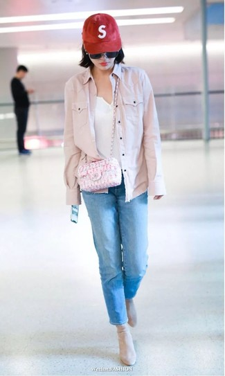 How to wear: pink denim jacket, white henley shirt, blue jeans, beige suede ankle boots