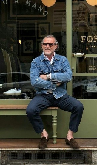 How to Wear Chinos: A blue denim jacket and chinos are the ideal way to inject effortless cool into your daily casual collection. For something more on the elegant end to finish off your outfit, complete your ensemble with a pair of dark brown suede loafers.