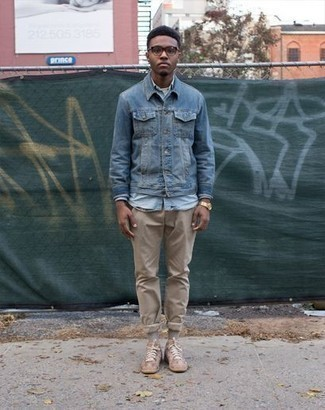 How to Wear Tan Suede Low Top Sneakers For Men: This casual pairing of a blue denim jacket and khaki chinos is a goofproof option when you need to look sharp in a flash. Tan suede low top sneakers are a simple way to add a dose of stylish effortlessness to your ensemble.