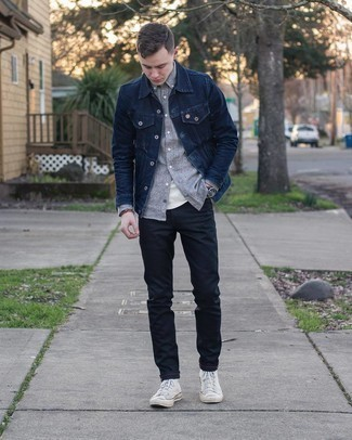 Black Jeans Outfits For Men In Their 20s: Demonstrate that you do casual like a pro by wearing a navy denim jacket and black jeans. And if you wish to immediately dial down your look with shoes, complete your ensemble with a pair of white canvas high top sneakers. If you're not sure how to dress as a 20-year-old gentleman, this getup is a perfect example.