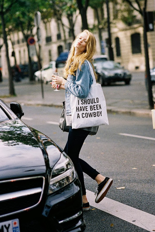 How to Wear a White and Black Print Canvas Tote Bag (7 looks ...