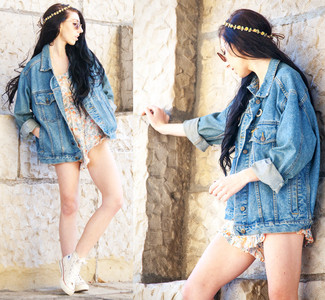 Yellow Floral Headband Outfits: A blue denim jacket and a yellow floral headband are a good combination to keep in your casual sartorial arsenal. Avoid looking too casual by finishing off with a pair of white high top sneakers.