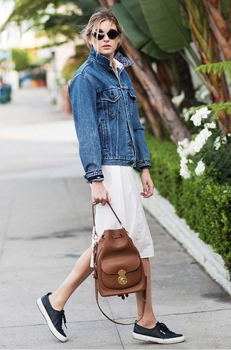 A blue denim jacket and a beige shirtdress is a versatile pairing that will provide you with variety. Navy low top sneakers will become an ideal companion to your style. A cool outfit that transitions easily into fall like this one makes it super easy to embrace the new season.
