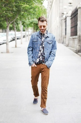 How to Wear Orange Sunglasses For Men: Perfect the effortlessly stylish outfit by wearing a light blue denim jacket and orange sunglasses. Add a pair of navy canvas slip-on sneakers for an added touch of style.