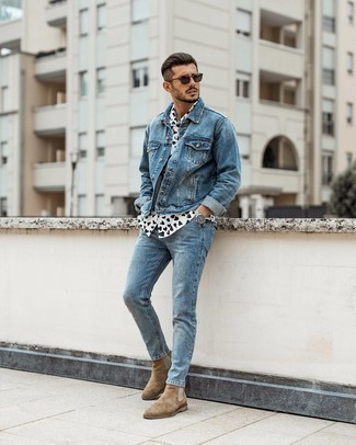 White and Black Print Short Sleeve Shirt Outfits For Men: Display your chops in menswear styling in this casual combination of a white and black print short sleeve shirt and light blue jeans. Take a classic approach with shoes and introduce a pair of tan suede chelsea boots to the equation.