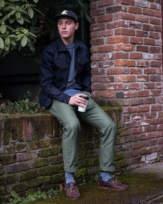 Navy Sweatshirt Outfits For Men: A navy sweatshirt and olive chinos are the kind of a never-failing casual combo that you need when you have zero time to spare. For maximum style, introduce a pair of burgundy leather boat shoes to the mix.