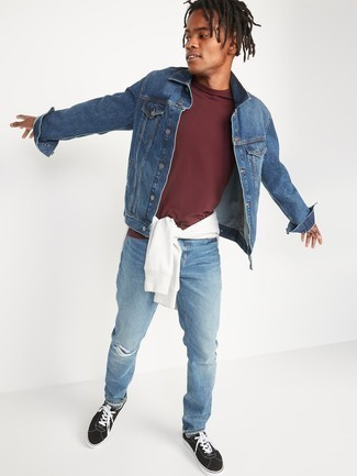 Burgundy Crew-neck T-shirt Outfits For Men: Opt for a burgundy crew-neck t-shirt and light blue ripped jeans to pull together an interesting and street style ensemble. Rev up the dressiness of this ensemble a bit by wearing black and white canvas low top sneakers.